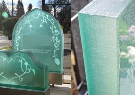 光り輝くガラスの墓石は形も様々
