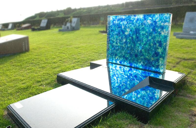 御影石土台を石材にし透明感のあるガラスのお墓