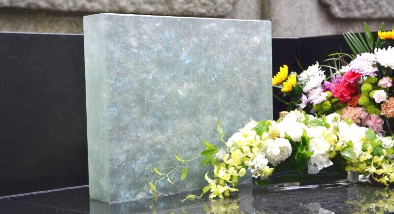 ホワイト調で宝石のようにキラキラと輝くガラス墓石