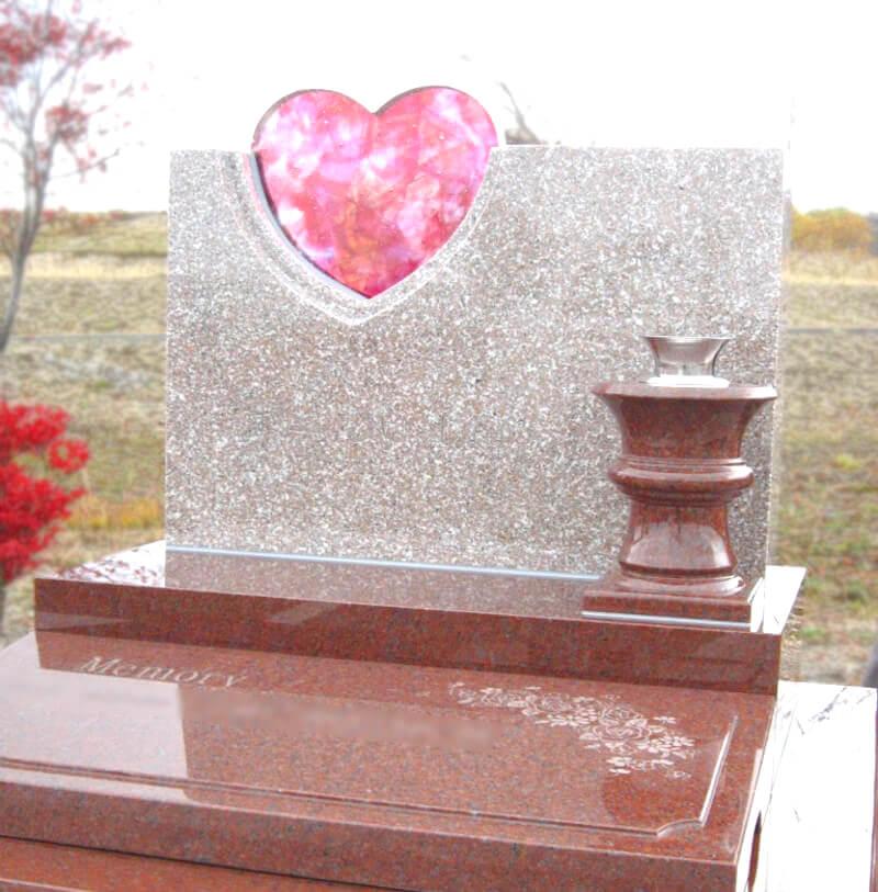 石材墓石とのコラボレーションで調和するハート型のガラス墓石