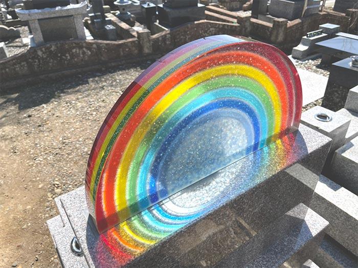 「虹の橋」をイメージしガラスの発色を最大限に活かしています。