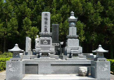 伝統的なデザインな和型墓石